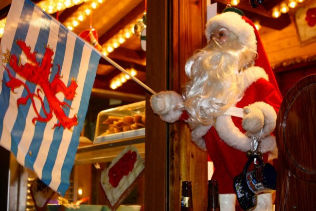 Santa Claus holding a Luxembourg flag is shown. | Photo: ¡A Europa!